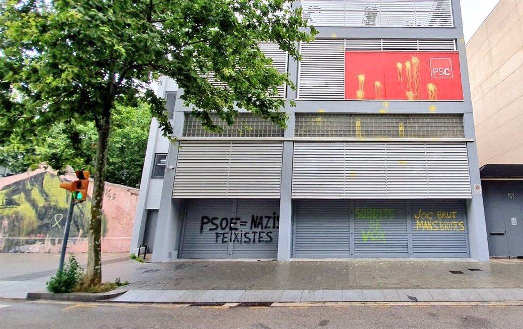 """""""Súbditos de VOX"""": La sede del PSC en Barcelona amanece llena de pintadas"""