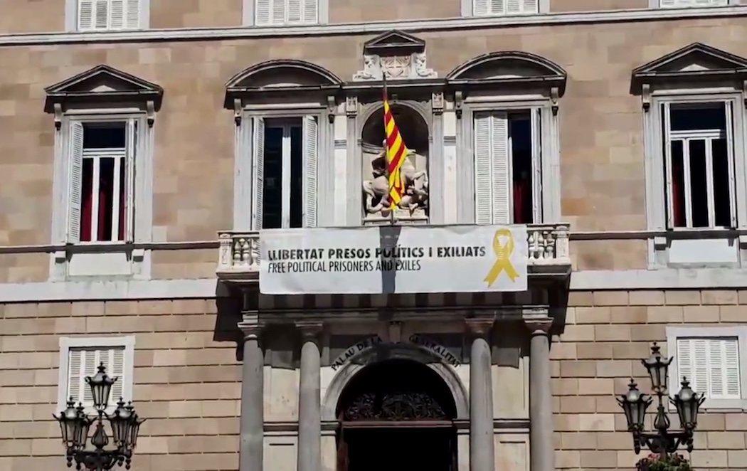 Quim Torra vuelve a colgar el cartel por los políticos presos y el lazo amarillo en la Generalitat