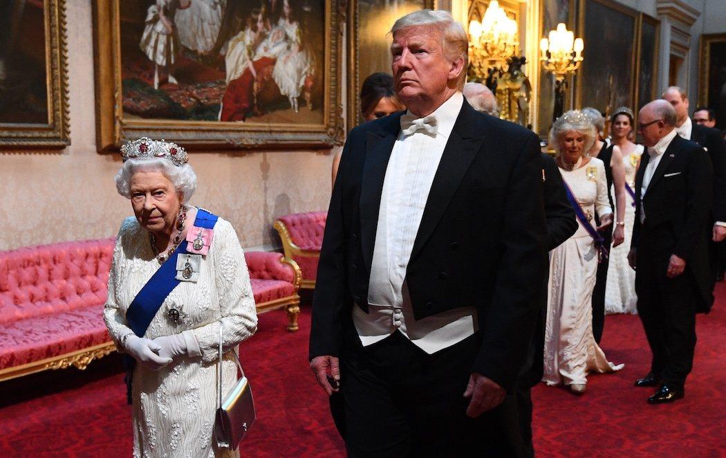 El polémico gesto de Trump al darle unas palmaditas en la espalda a la reina Isabel II