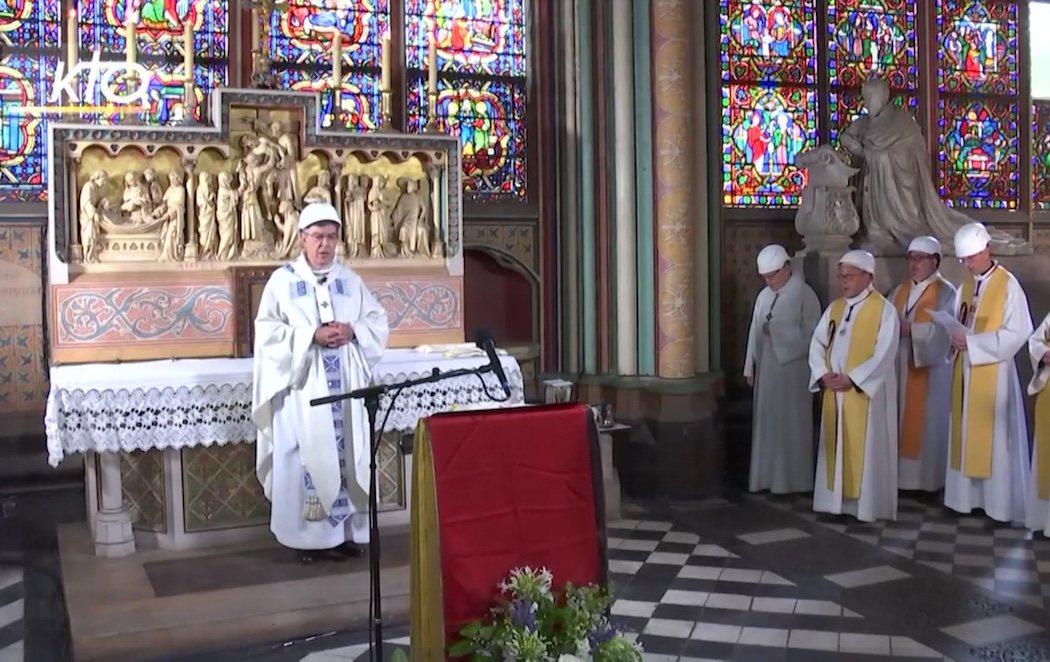 Celebran la primera misa en Notre Dame desde el incendio, con cascos y sin fieles