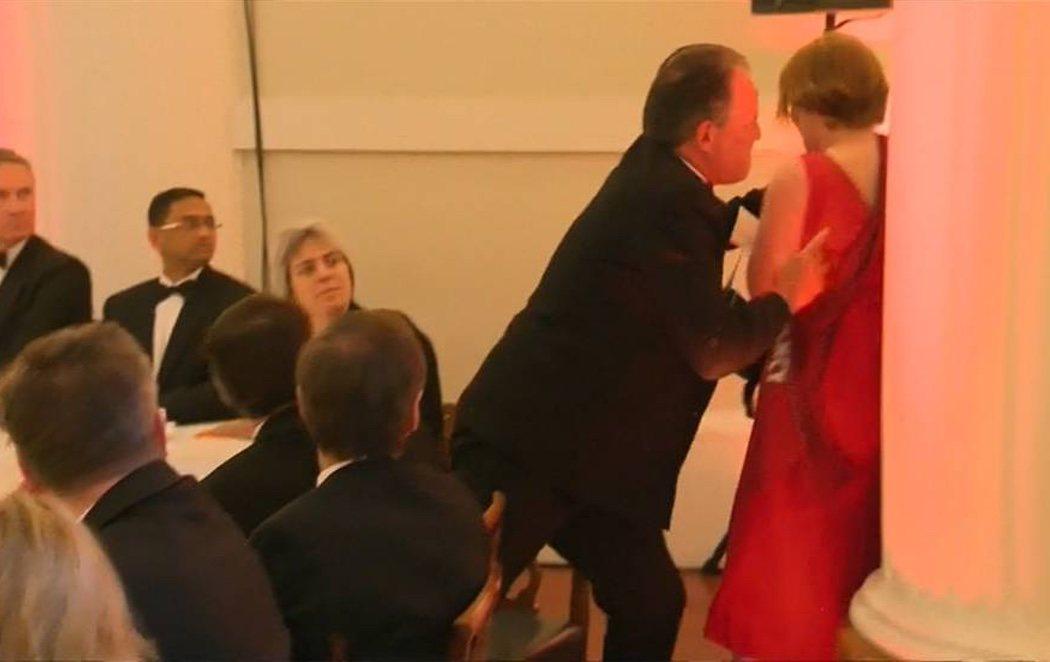 Suspenden al secretario de Exteriores británico por empujar y agarrar por el cuello a una activista
