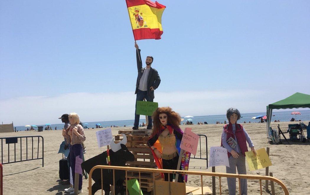 Queman en una hoguera un muñeco de Santiago Abascal (VOX) en Estepona