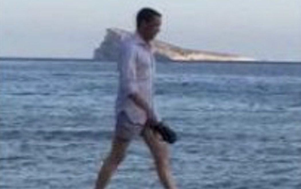 Zaplana, 'cazado' paseando por la playa tras recibir el alta seis meses después de salir de la cárcel
