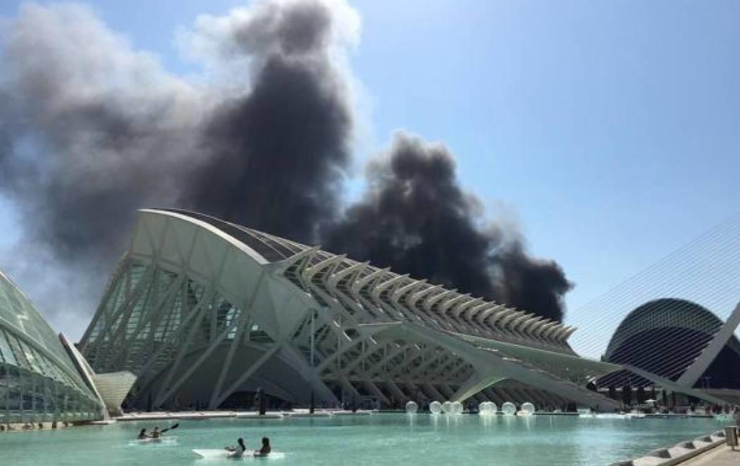 Desalojan el Oceanogràfic de Valencia por un incendio en una de las torres