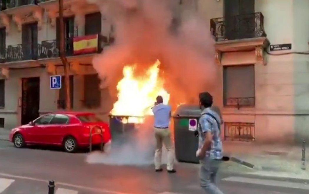 Ortega Smith apaga un contenedor en llamas delante de la sede de VOX Madrid