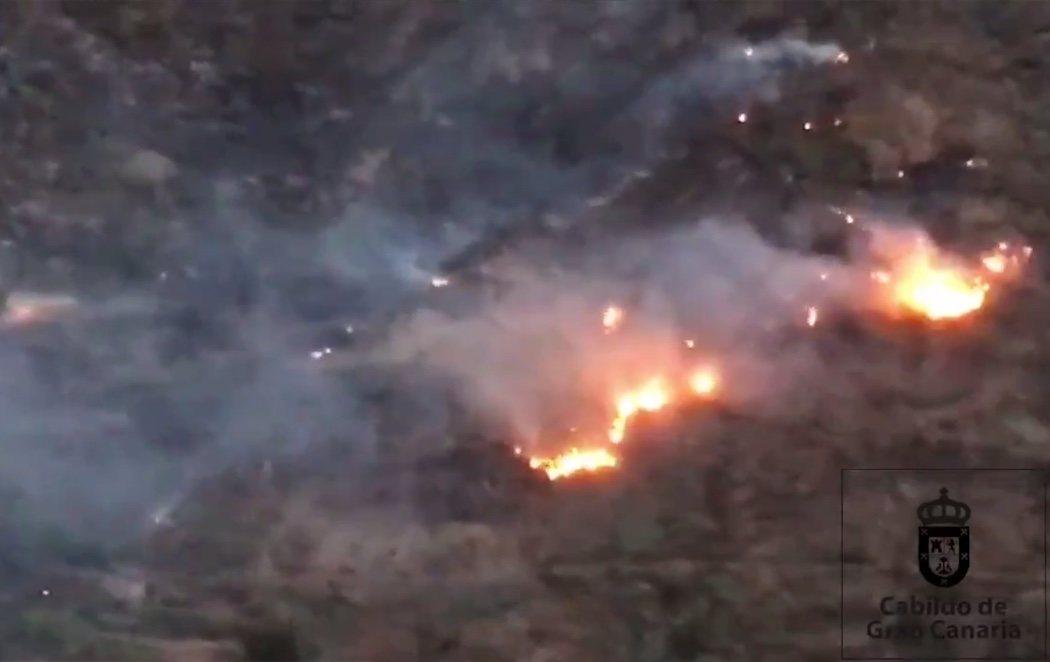 Un incontrolable incendio en Gran Canaria obliga a un millar de personas a desalojar sus hogares