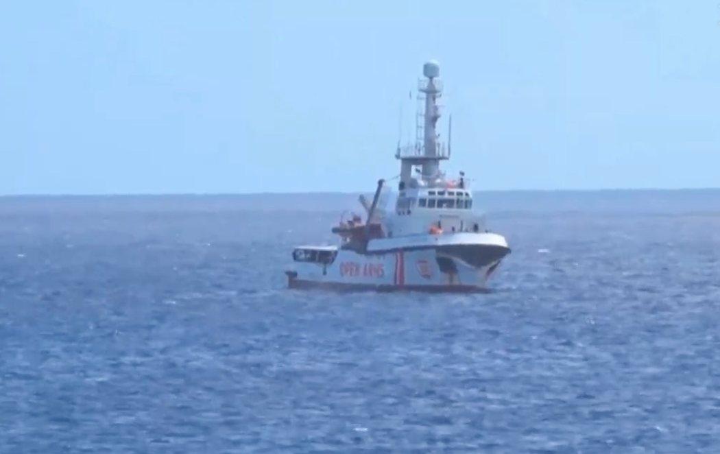 El Open Arms entra en aguas italianas pero le impiden atracar