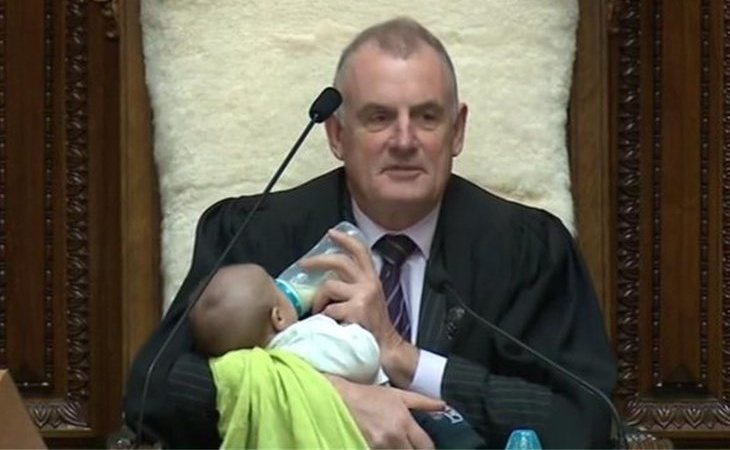 El presidente del parlamento de Nueva Zelanda cuida al bebé de un diputado en un pleno