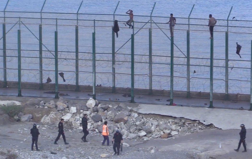 España devuelve en caliente a Marruecos a ocho migrantes en la valla de Ceuta