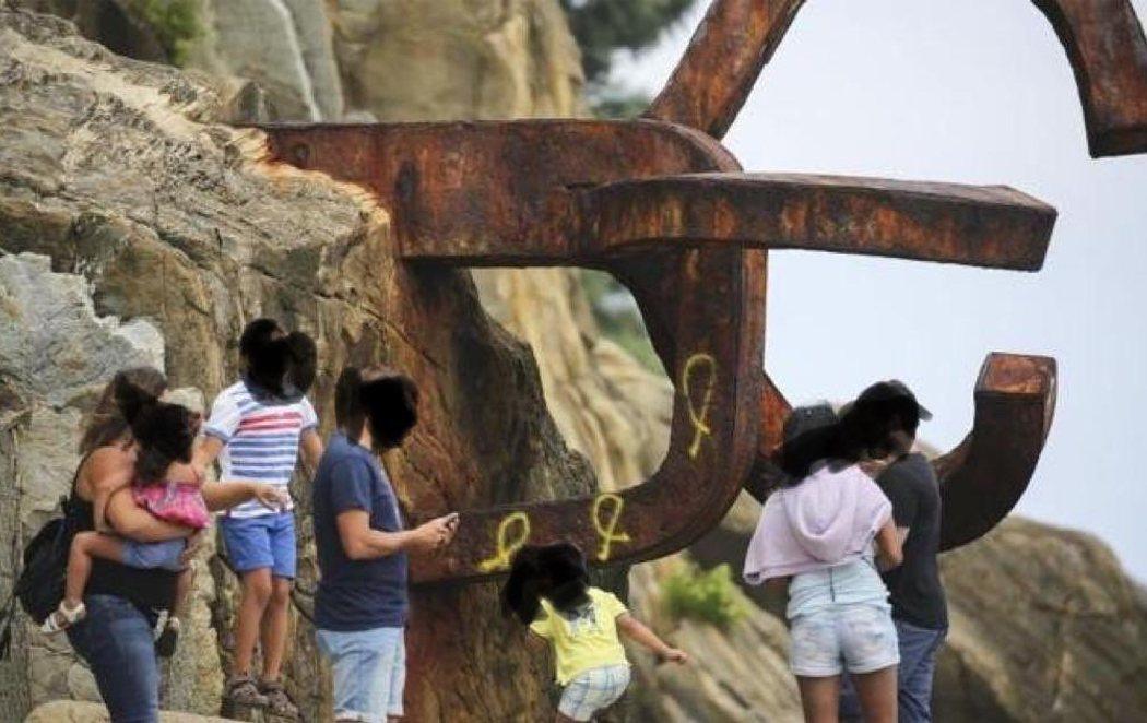 Indignación por las pintadas de lazos amarillos en el Peine del Viento de San Sebastián