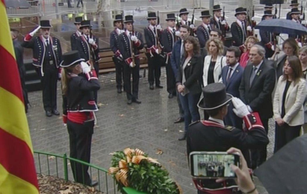 Suena el himno de España desde un balcón durante la ofrenda floral a Casanova en la Diada