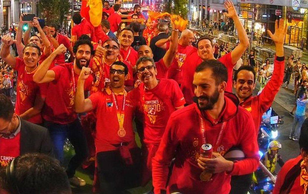 La selección española de baloncesto celebra su triunfo en el mundial junto a la afición