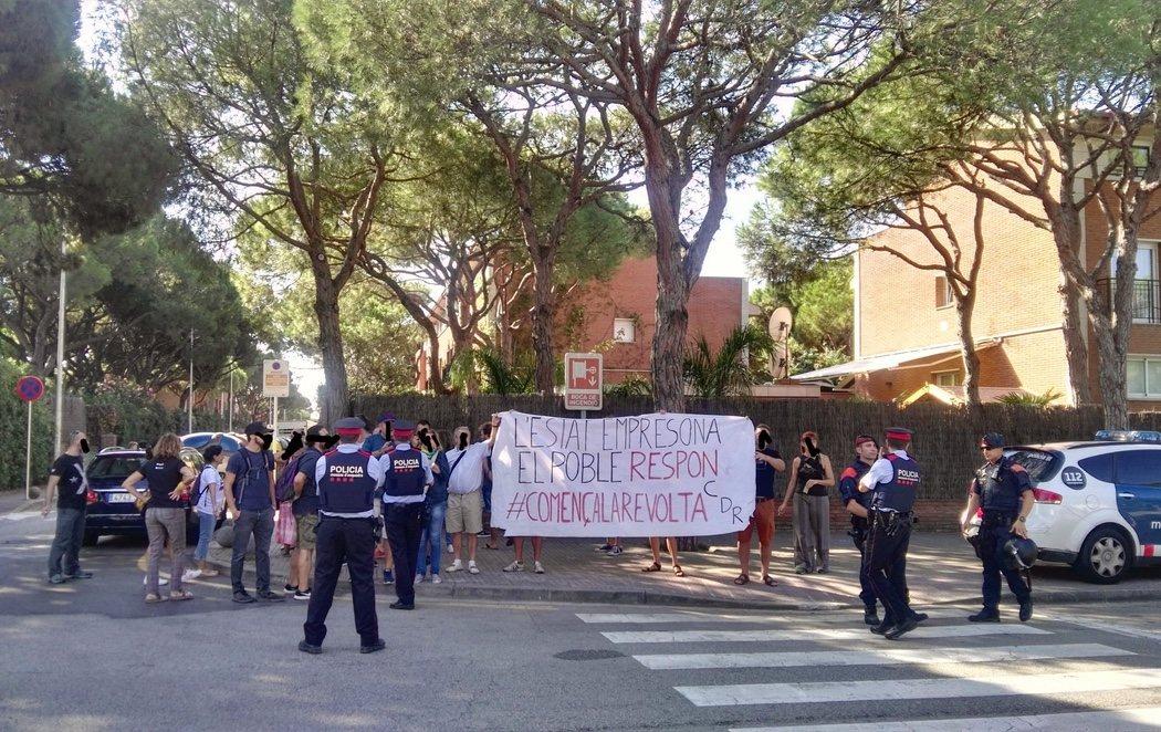 """Los CDR boicotean un acto del PSC en Gavà: """"El Estado encarcela, el pueblo responde. Comienza la revuelta"""""""