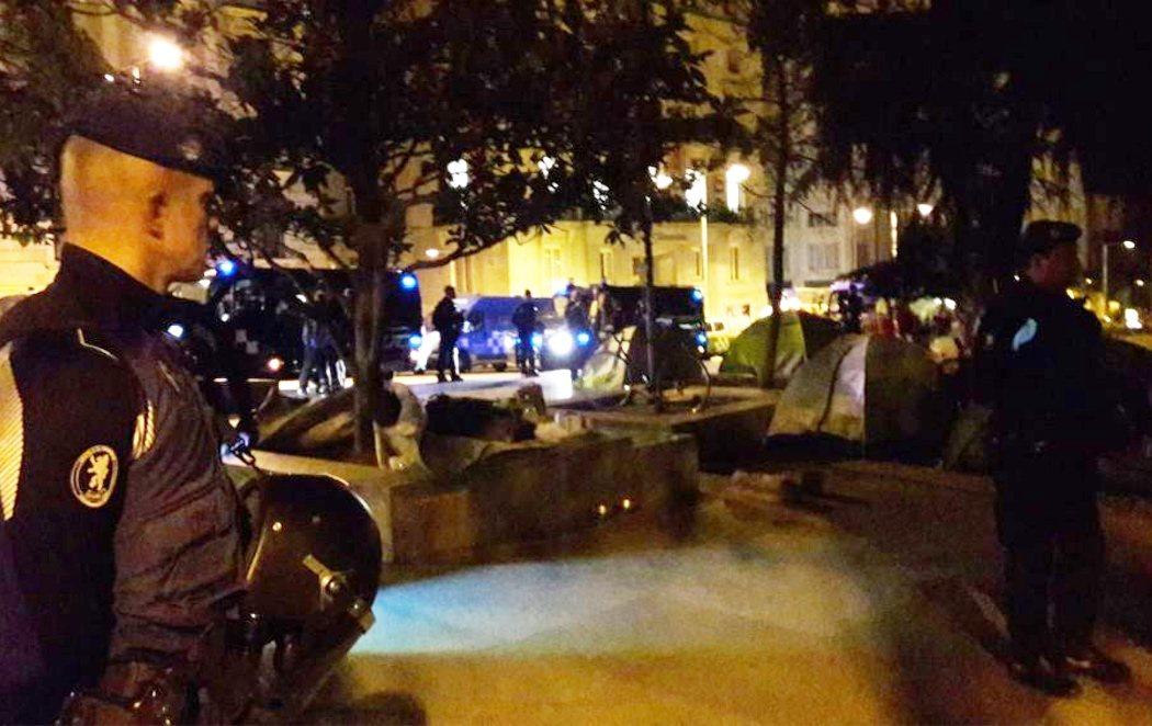 Almeida desaloja de madrugada a los 'sin techo' acampados en el Paseo del Prado