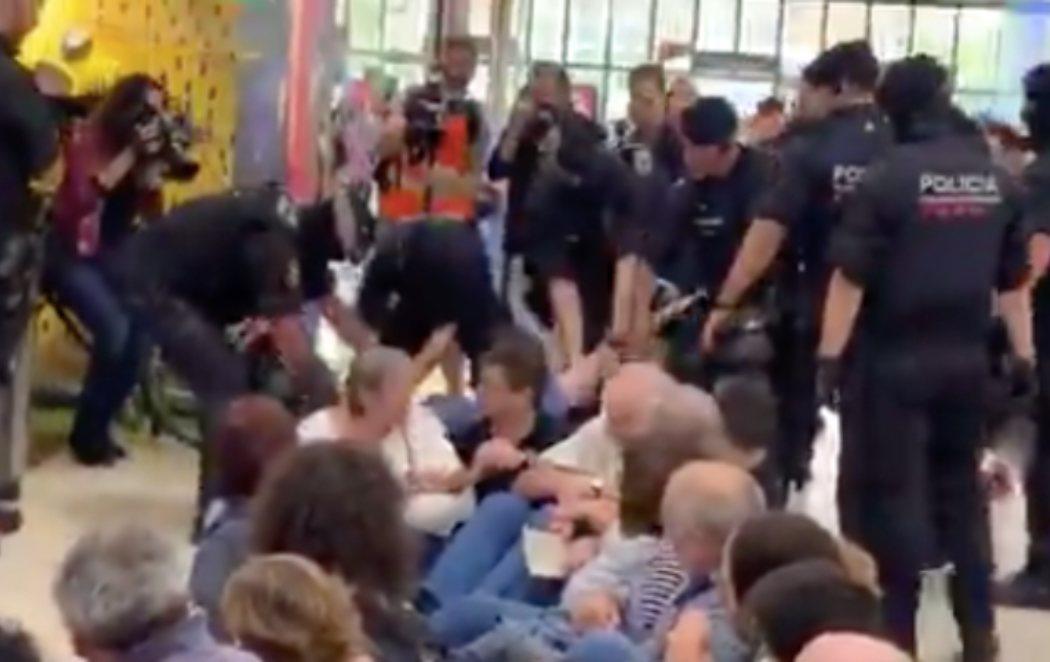 Sentada en la estación de Sants (Barcelona) en contra de la sentencia del proceso