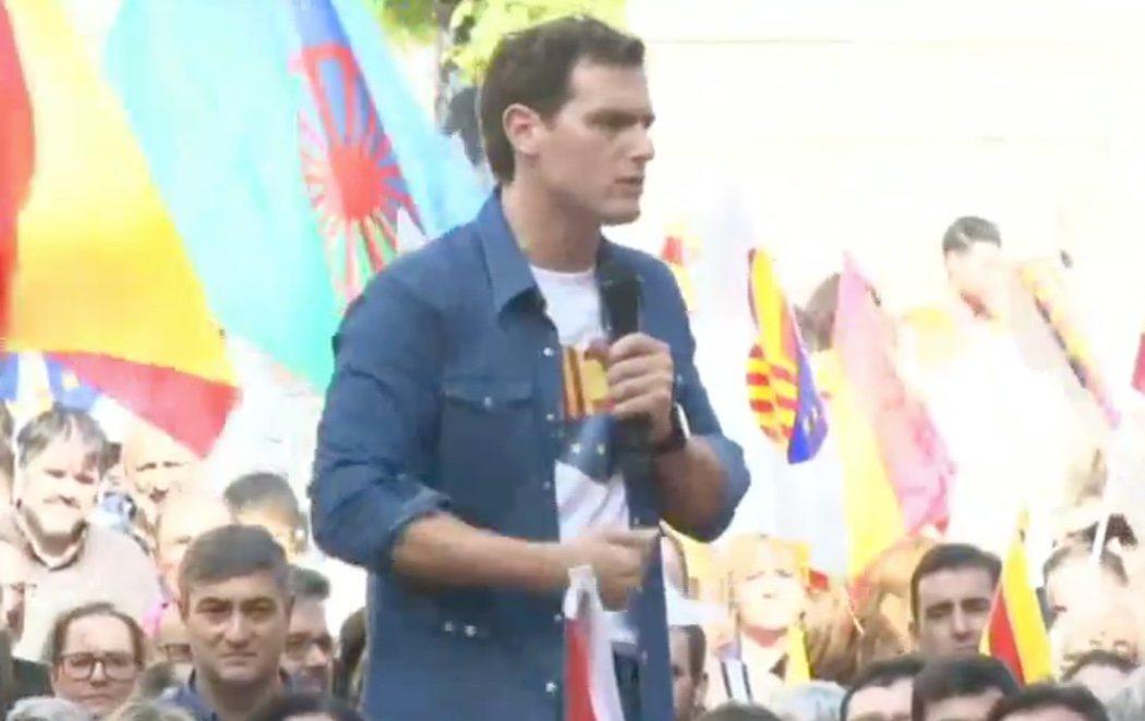 """Mitin de Rivera ante la sede de la Generalitat: """"Quiero ser presidente para meter en la cárcel a los que intenten romper este país"""""""