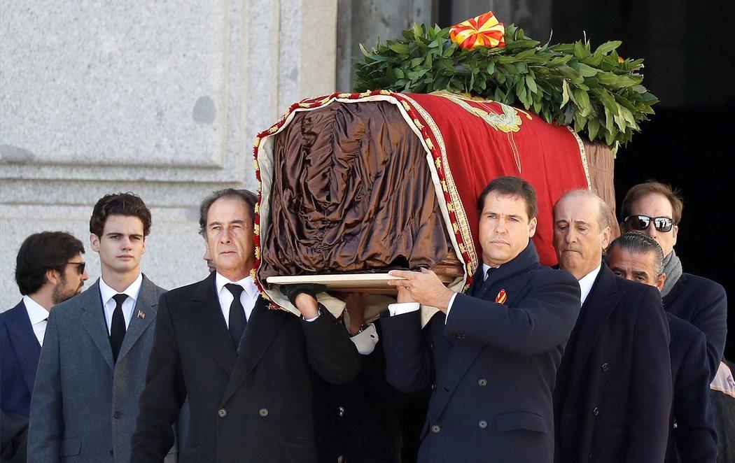 Franco abandona el Valle de los Caídos 44 años después de su muerte