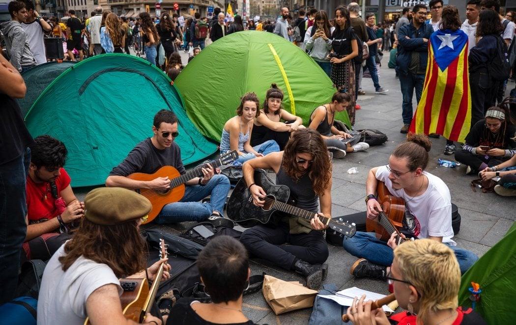 200 estudiantes siguen acampados en la Gran Vía de Barcelona