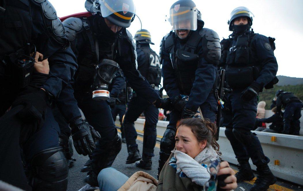 Los antidisturbios franceses cargan contra los CDR y los desalojan de La Jonquera