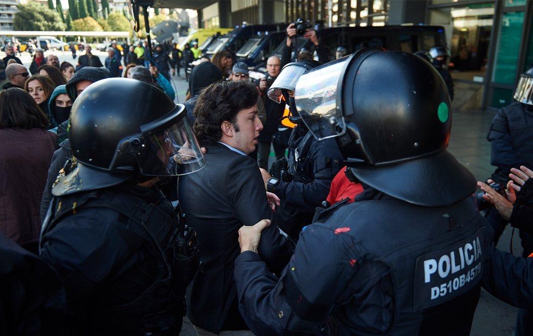 'El Pequeño Nicolás', increpado y agredido por los CDR en la estación de Sants