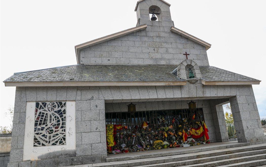 Baja asistencia en Mingorrubio durante el primer 20-N sin Franco en El Valle de los Caídos