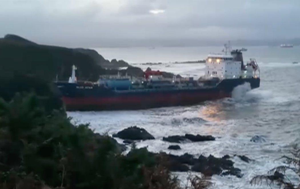 Un buque quimiquero encalla en la costa coruñesa tras sufrir un incendio