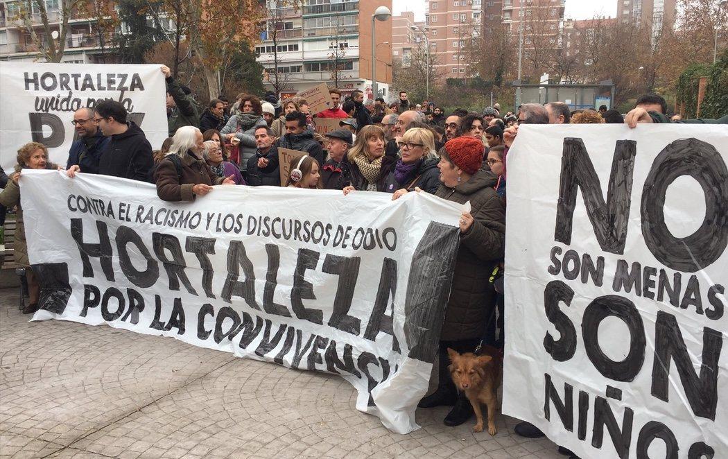 Hortaleza sale a la calle en defensa de los menores migrantes ante el centro atacado con una granada