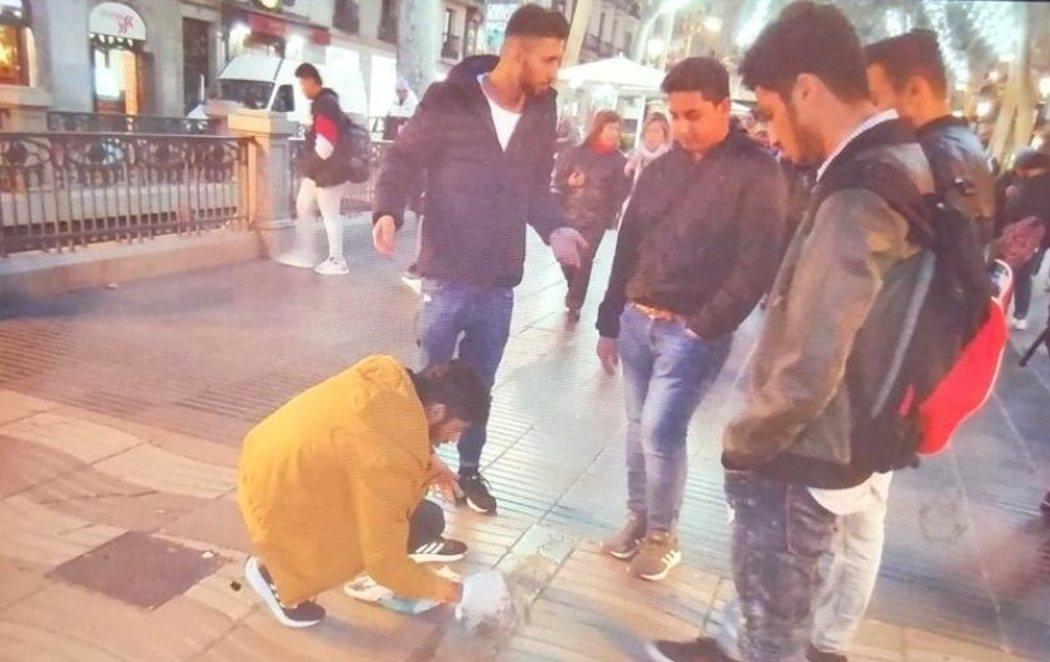 Cuatro jóvenes lanzan cemento sobre el memorial de los atentados de Barcelona