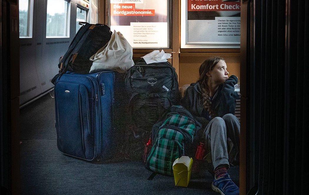 La imagen de Greta Thunberg volviendo a casa sentada en el suelo del tren que indigna a la compañía ferroviaria