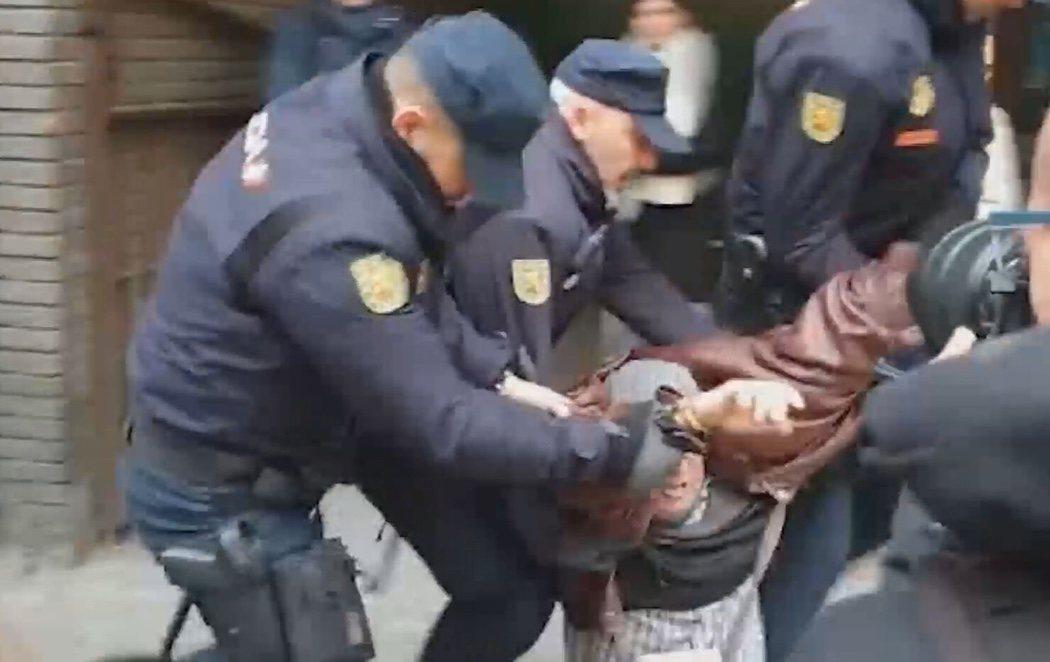 """La policía detiene a un hombre por gritar """"Viva España"""" frente a la sede del PSOE"""