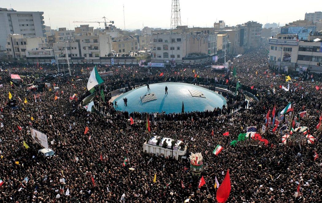 """El líder supremo de Irán promete """"dura venganza"""" en el entierro del general Soleimani"""