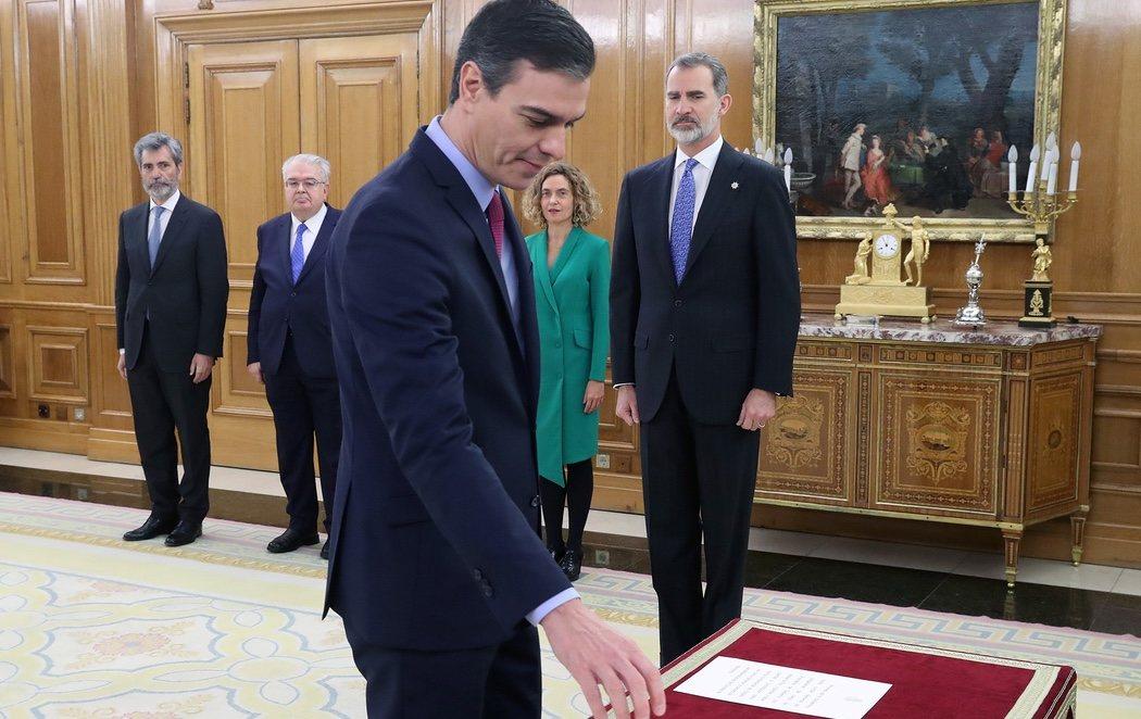 """Felipe VI bromea con Sánchez tras prometer el cargo: """"Ha sido rápido, el dolor viene después"""""""