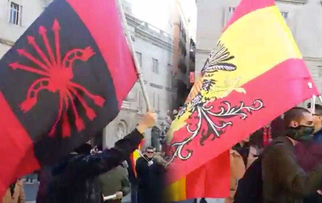 Banderas franquistas y símbolos fascistas en la concentración de VOX en Barcelona