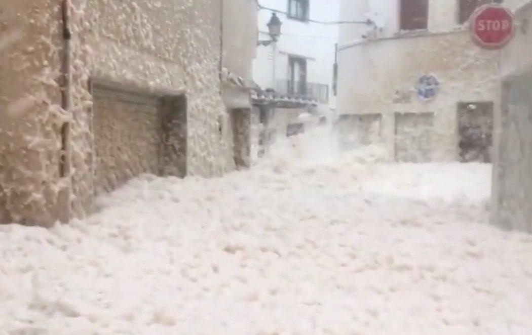 La espuma del mar invade un pueblo de Girona en plena Borrasca Gloria