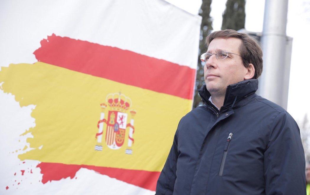"""Almeida, increpado al levantar otra bandera en Madrid: """"¡Devuelve los 700.000 euros que has quitado al barrio!"""""""