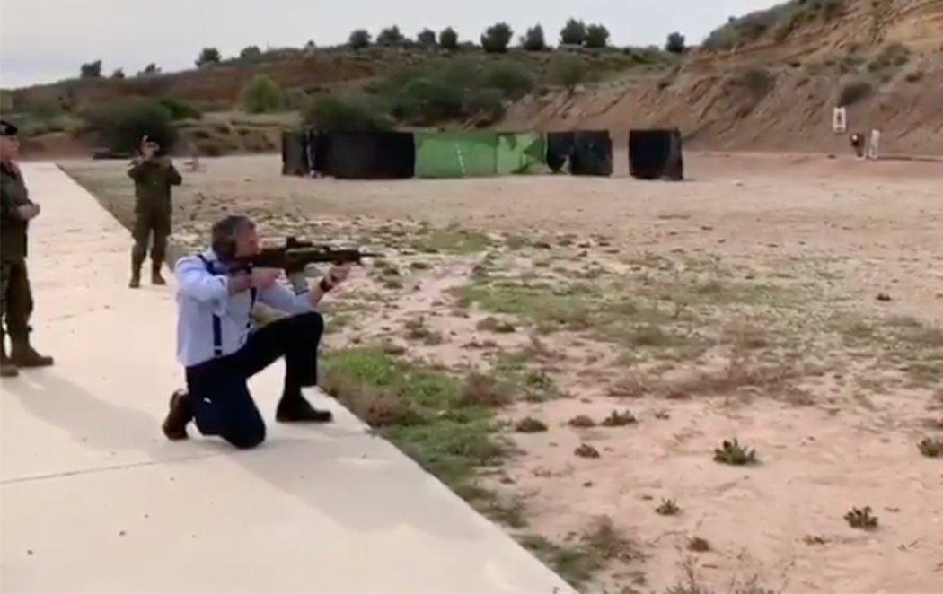 """Ortega Smith (VOX), con un fusil, en una base del Ejército: """"Éste es un hijoputa del Daesh que había que cargárselo"""""""
