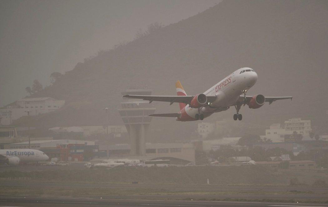 Canarias retoma su actividad aérea tras un fin de semana marcado por los incendios y la calima