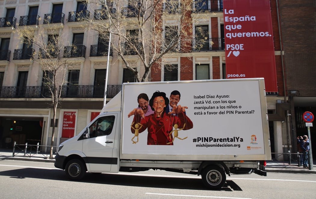 HazteOír acosa con dos camiones a PP, PSOE y Podemos para imponer su veto parental