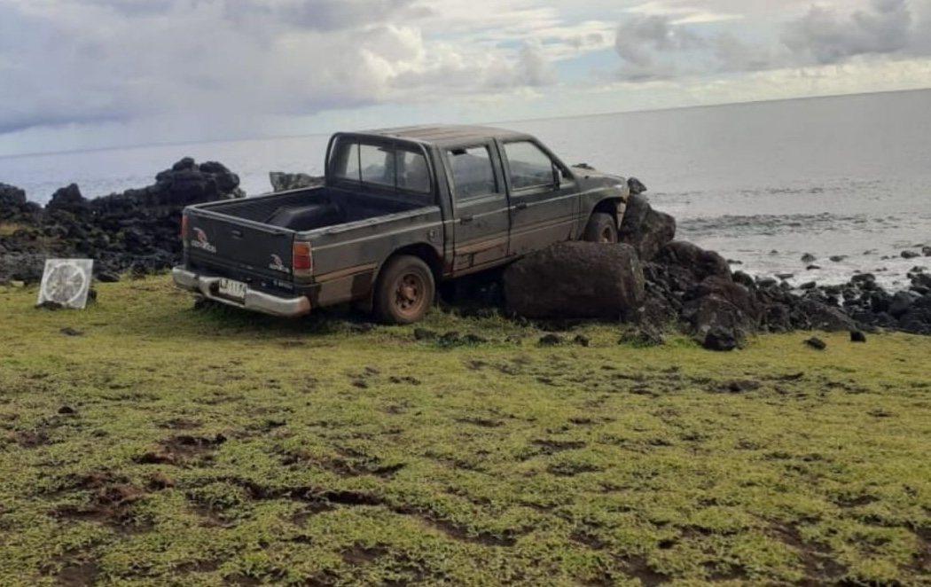 Estrella intencionadamente su camioneta contra varias esculturas moai de un milenio de antigüedad
