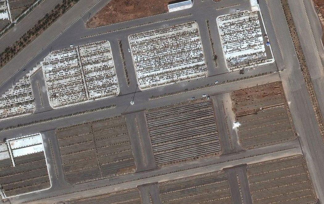 Irán construye fosas comunes visibles desde el espacio para las víctimas del coronavirus