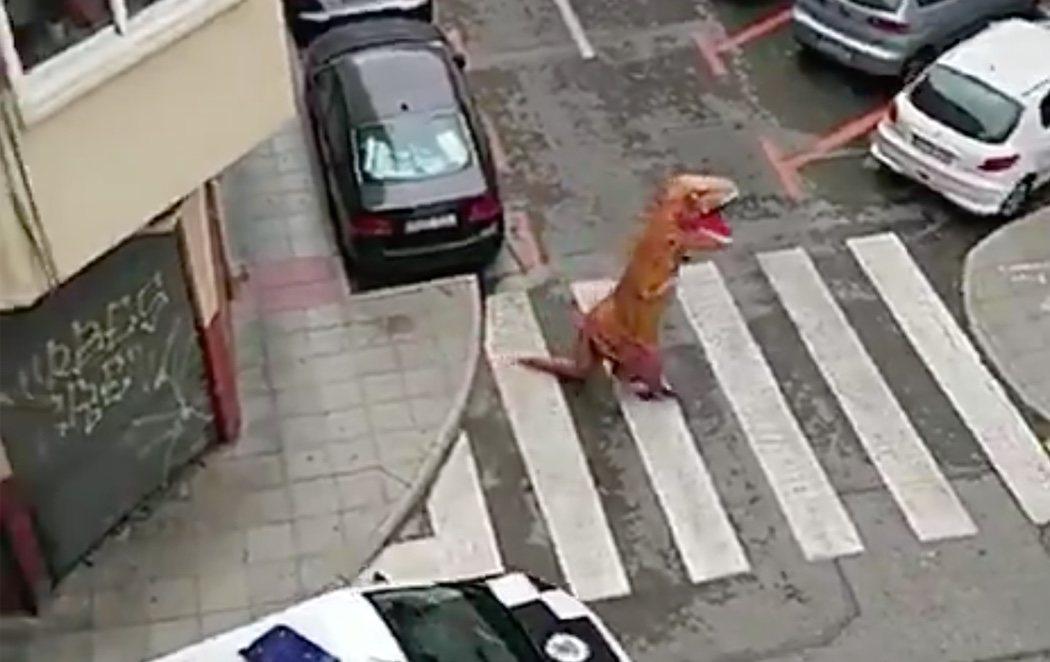 La policía intercepta a un 'dinosaurio' paseando por Murcia en plena cuarentena por el coronavirus