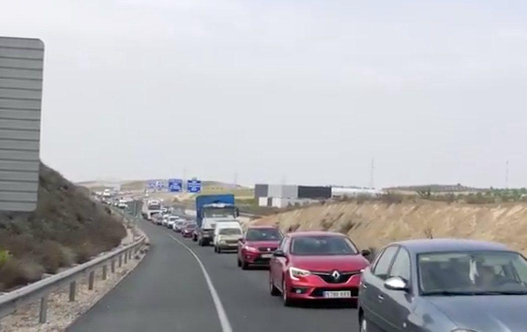 La Guardia Civil interviene en Granada más de 200 coches en un atasco dirigido hacia la playa