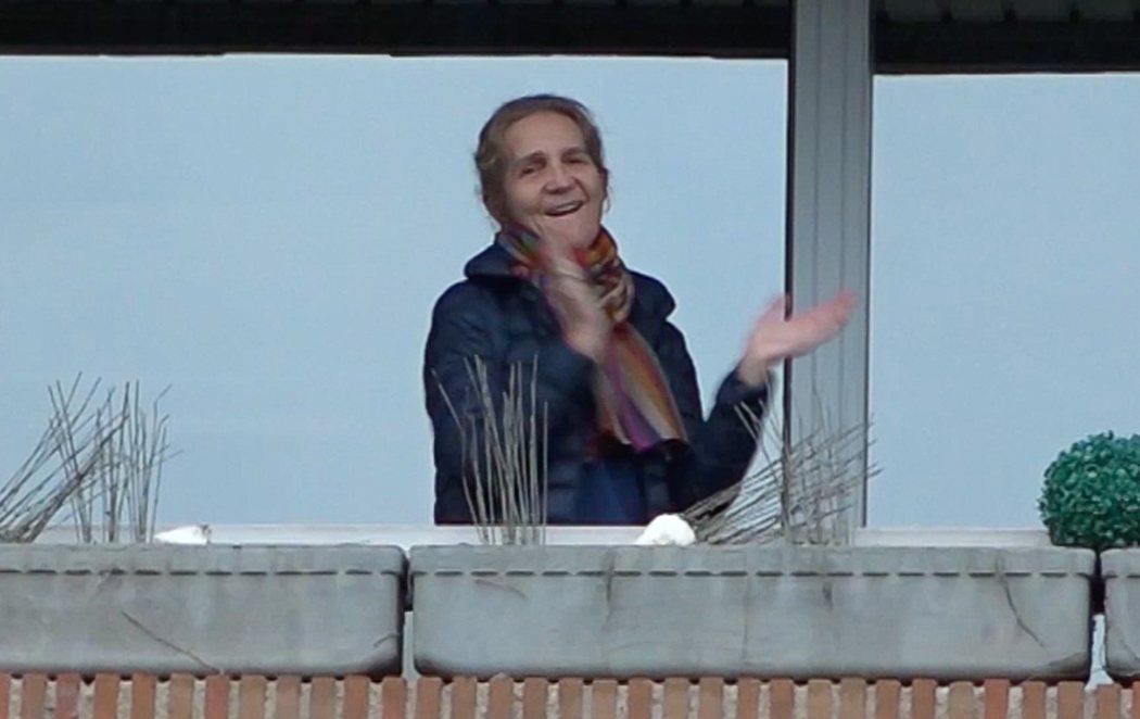La infanta Elena también sale al balcón a aplaudir a los sanitarios