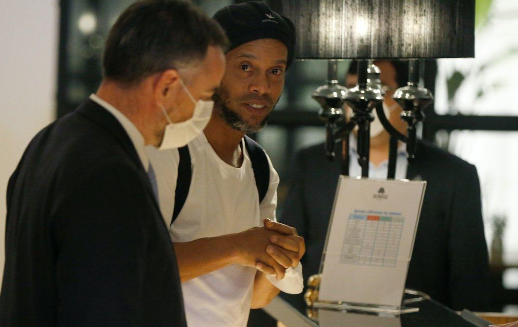 Ronaldinho sale de la cárcel para cumplir el arresto domiciliario en un hotel de lujo