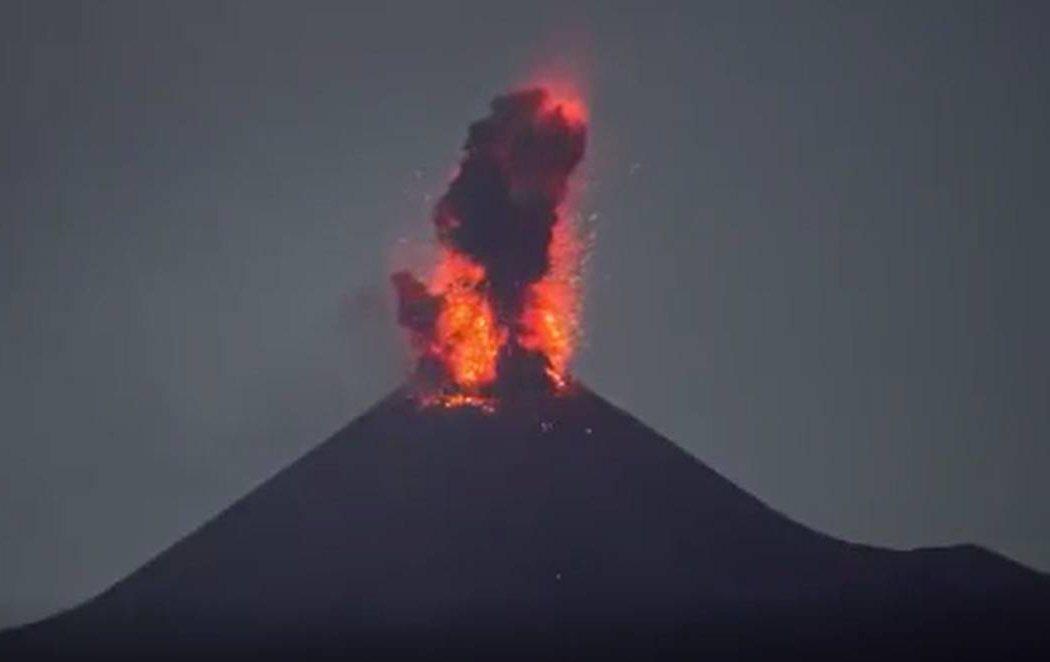 El volcán Anak Krakatoa entra en erupción en Indonesia