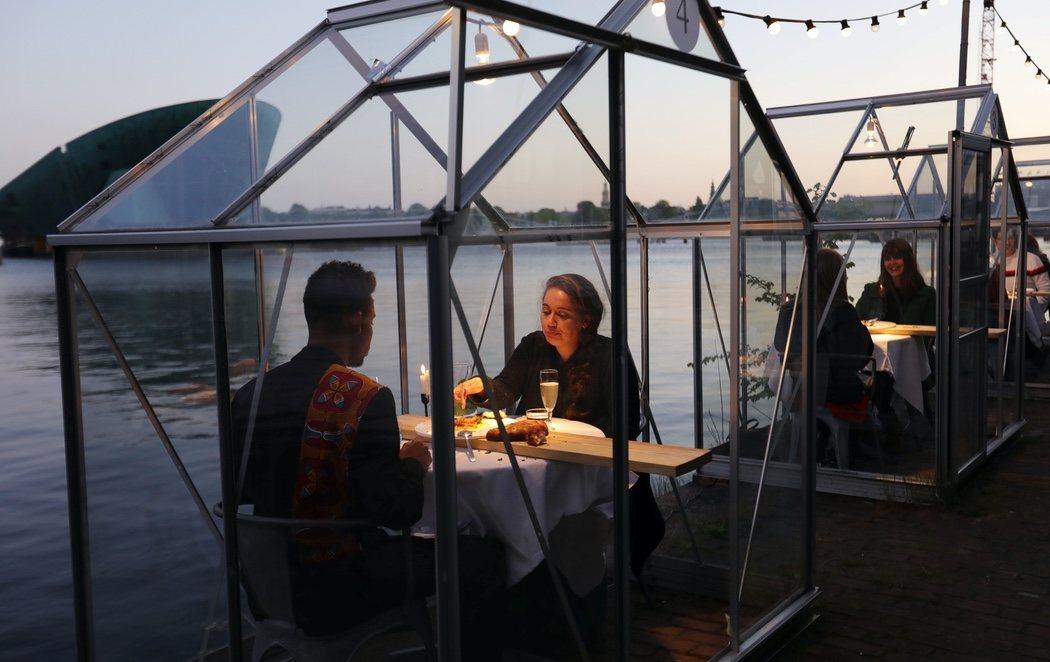 Terrazas con jaulas de cristal para cada mesa: Ámsterdam se prepara para abrir las terrazas