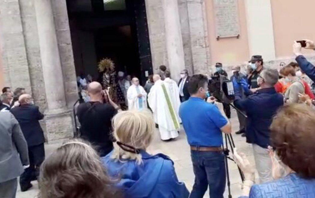 El cardenal Cañizares se salta el estado de alarma y celebra una misa ante una aglomeración de gente