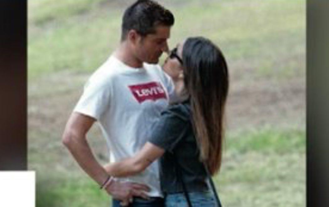 Los besos de Alfonso Merlos y Alexia Rivas demostrando que siguen juntos tras el 'Merlos Place'