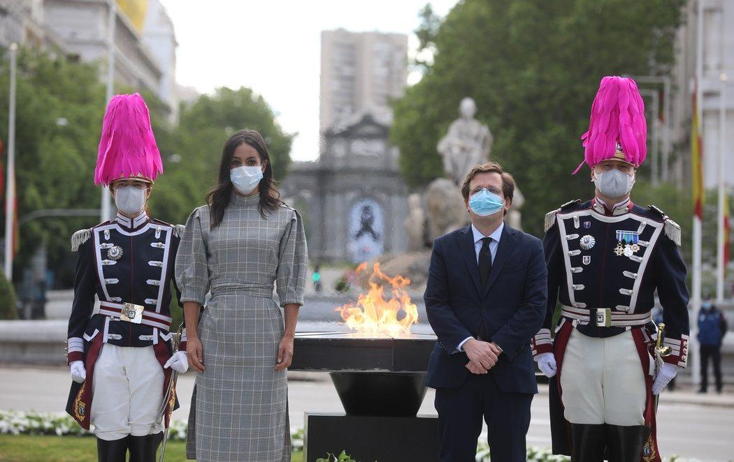 Almeida instala una llama permanente a los muertos por coronavirus en Cibeles