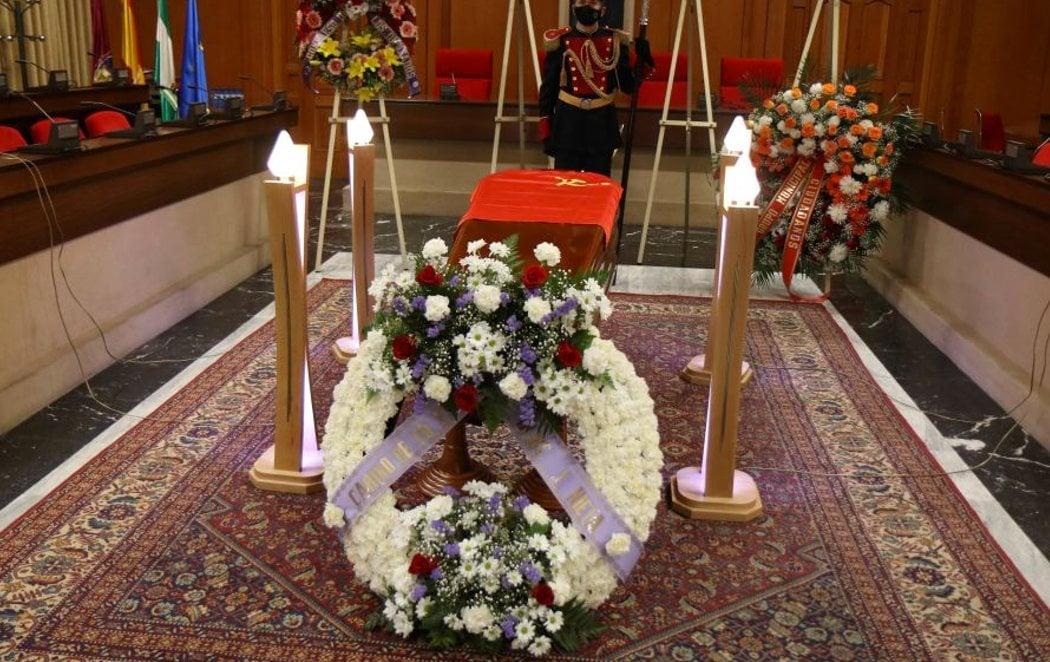 Último adiós a Julio Anguita con una capilla ardiente cerrada al público
